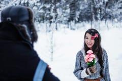 愉快的妇女接受花作为礼物从人 免版税图库摄影