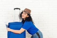 愉快的妇女旅客在旅行前拥抱她的手提箱, 许多复制<a href='https://www.dreamstime.com/wind-power-with-a-difference.-rcollection4317-resi208938' STYLE='font- 库存照片