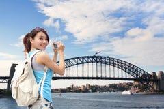 愉快的妇女旅客在澳大利亚 库存照片