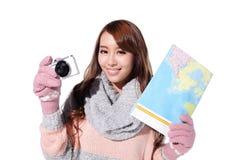 愉快的妇女旅行在冬天 免版税库存照片
