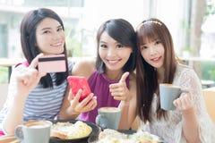 愉快的妇女朋友在餐馆 免版税库存照片