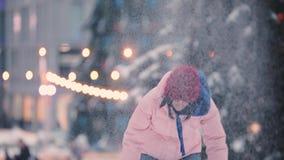 愉快的妇女朋友戏剧匆匆收拾雪球冬日,慢动作 股票视频