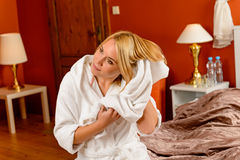 愉快的妇女河床空间干毛发毛巾 免版税库存照片
