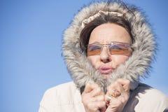 愉快的妇女温暖的冬天夹克 库存图片