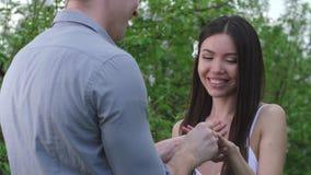 愉快的妇女画象在结婚提议期间的 股票视频