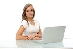 愉快的妇女纵向有膝上型计算机的 免版税库存照片