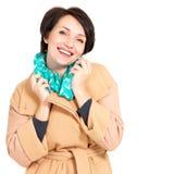 愉快的妇女纵向秋天外套的有绿色围巾的 免版税库存图片