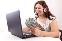 愉快的妇女获得在线货币 库存照片