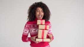 愉快的妇女藏品圣诞礼物箱子 影视素材