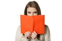 愉快的妇女藏品被开张的书 免版税库存照片