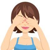 愉快的妇女覆盖物眼睛 免版税图库摄影
