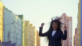愉快的妇女跳在慢动作的街道 股票视频
