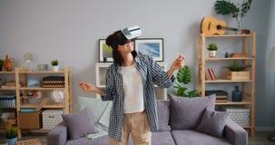 愉快的妇女跳舞的慢动作在获得被增添的现实的玻璃的乐趣 股票视频