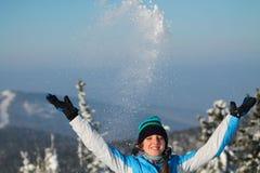 愉快的妇女跳跃在冬天山的,活跃女性享用的自然, 库存照片