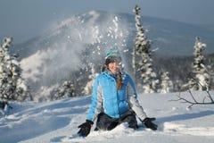 愉快的妇女跳跃在冬天山的,活跃女性享用的自然, 免版税库存图片