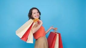 年轻愉快的妇女运载的购物袋 股票录像