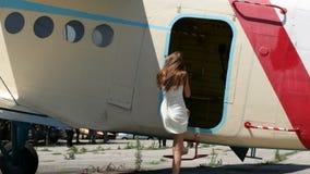 愉快的妇女进入飞机 股票录像