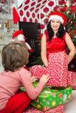 愉快的妈妈和儿子有圣诞节礼物的 库存照片