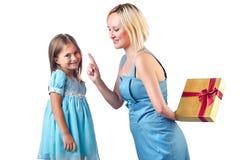 愉快的妈妈和女儿 免版税库存图片