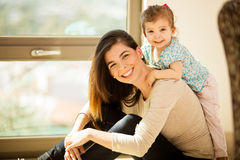 愉快的妈妈和她的女婴 库存图片