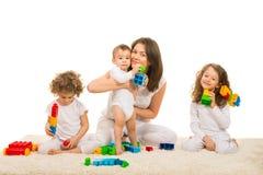 愉快的妈妈和孩子回家 免版税库存图片