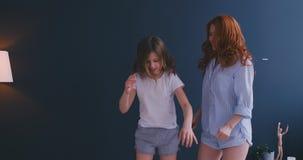 愉快的妈妈姐姐和儿童女孩享受在床,有有小孩的女儿的保姆母亲上的滑稽的枕头战 股票录像