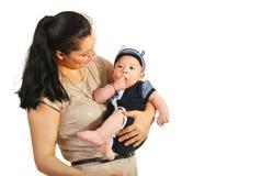 愉快的妈妈谈话与她的儿子 免版税库存图片