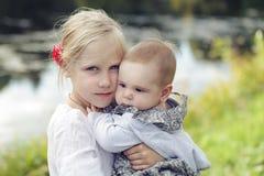 愉快的姐妹 儿童老女孩室外1和8 eyears 图库摄影