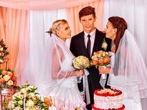 愉快的婚礼人和两新娘 免版税库存照片