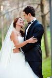 愉快的婚礼夫妇 免版税库存图片