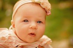 愉快的婴孩一点 愉快的新出生的女孩 无忧无虑的女婴 健康和发展新出生 早期的发展是 免版税库存图片