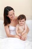 愉快的婴孩和的母亲 免版税库存照片