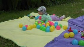 愉快的婴孩喜欢飞行在草甸的肥皂泡 4K 影视素材