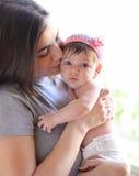 愉快的婴孩她亲吻的母亲 图库摄影
