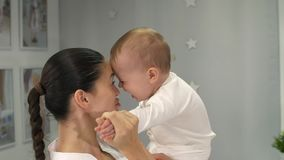 愉快的婴孩她的母亲 股票视频