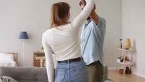 愉快的嬉戏的夫妇跳舞获得乐趣在新的家一起 股票录像