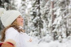 愉快的子项在冬天公园 免版税图库摄影