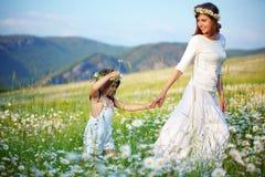 愉快的子项她的母亲 免版税图库摄影