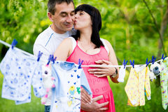 愉快的孕妇和她的丈夫在公园 图库摄影