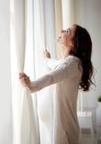 愉快的孕妇开幕在家 免版税库存图片