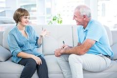 愉快的孕妇谈话与妇产科医师 库存图片