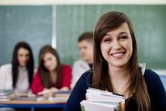 愉快的学员在教室 免版税库存图片