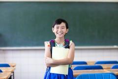 愉快的学校女孩在教室 免版税图库摄影
