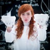 愉快的学生举办的实验室实验 免版税库存图片
