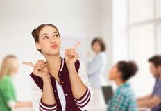 愉快的学生十几岁的女孩在学校 免版税库存图片