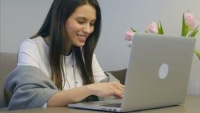 愉快的学生画象与膝上型计算机和微笑一起使用 股票视频