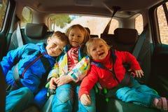 愉快的孩子乘汽车,家庭冒险,假期概念旅行 免版税库存照片