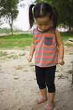 愉快的孩子使用与沙子的,滑稽的亚洲家庭在公园 库存照片