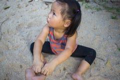 愉快的孩子使用与沙子的,滑稽的亚洲家庭在公园 免版税库存图片