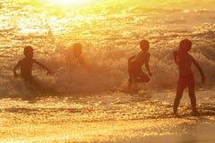 愉快的孩子使用在海的小组 库存图片